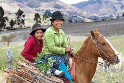Rencontre avec une famille quechua près de Cuenca - Equateur - Jon Arnold Images/ hemis.fr