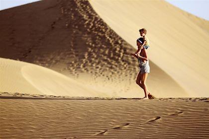 Famille dans les dunes de Maspalomas - Iles de Grande Canarie - Espagne - Sashkalenka/fotolia.com