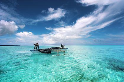 Pêcheur dans un lagon - Île de Ghuli - Maldives - Paulista/fotolia.com