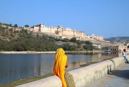 Femme devant le Fort d'Amber - Jaipur - Rajasthan - Inde - Chloé Ruffin