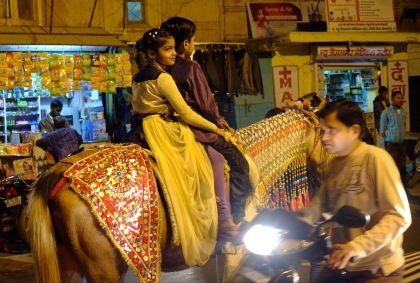 Deux anfants à cheval lors d'un mariage à Jaisalmer - Rajasthan - Inde - Maryline Goustiaux