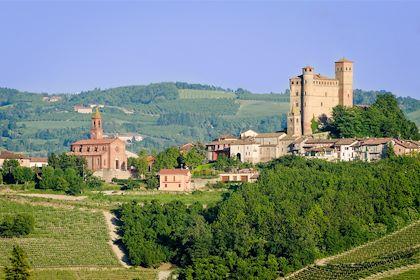 Château de Serralunga d'Alba - les Langhe - Piémont - Italie - Marco Saracco/fotolia.com