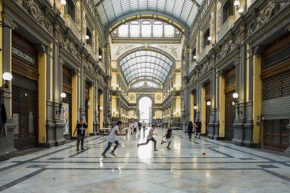 Enfants jouant au ballon sous une halle - Naples - Campanie - Italie - Max HIRZEL/HAYTHAM-REA/Comptoir des Voyages