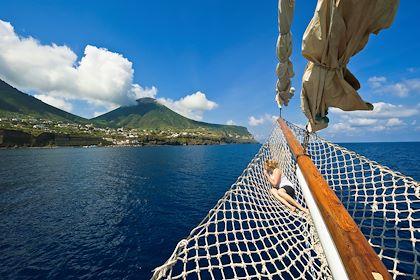 Cabotage dans les îles éoliennes, classées au patrimoine mondial de l'UNESCO - Sicile - Italie - Jean-Pierre Degas / hemis.fr