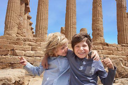 Enfants devant le Temple de la Concorde à Agrigente - Sicile - Italie - Cultura / hemis.fr
