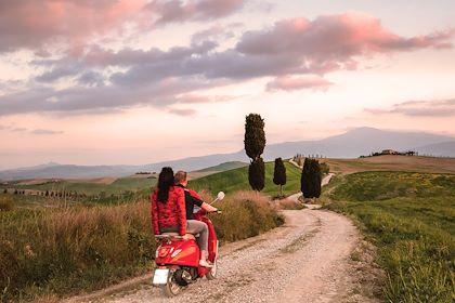 Couple en vespa au coucher du soleil - Val d'Orcia - Toscane - Italie - Jon Arnold Images/ hemis.fr