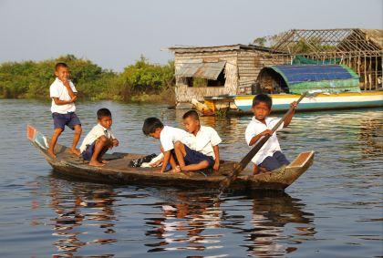 Ecoliers sur le lac Tonlé Sap - Province de Siem Reap - Cambodge - Maryline Goustiaux