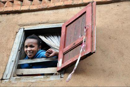 Femme à sa fenêtre à Antsirabe - Hautes Terres Centrales - Madagascar - Anthony Asael/ hemis.fr