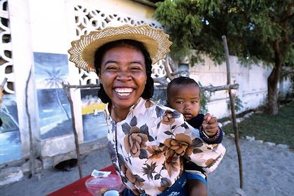 Femme et son bébé - Tuléar - Madagascar - Franck Guiziou / hemis.fr