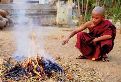 Moine bouddhiste jouant avec le feu - Bagan - Birmanie - Maryline Goustiaux