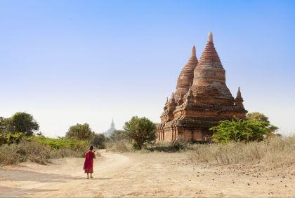Jeune moine bouddhiste marchant devant un temple - Birmanie - Agephotography/fotolia.com
