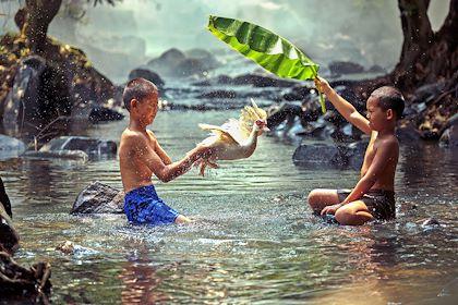 Enfants jouant dans l'eau - Malaisie - Sutiporn/stock.adobe.com