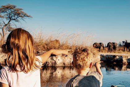 Enfants regardant un groupe d'éléphants en Namibie - Michael/Stock.adobe.com