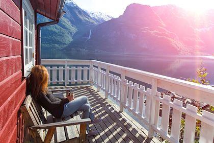 Femme admirant le paysage dans les île Lofoten - Norvège - Sergii Mostovyi - stock.adobe.com