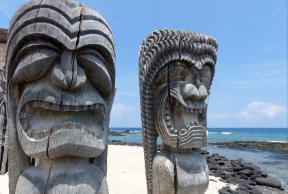 Totems sur une plage - Big Island - Hawaï - Julie Bodnar