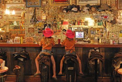 Fillettes accoudées au comptoir d'un saloon - Etats-Unis - Christian Heeb / hemis.fr