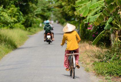 Femme à vélo - Vietnam - Nejcbole/fotolia.com