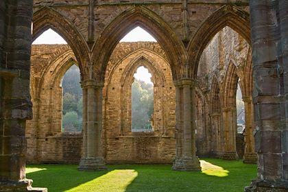 Intérieur de l'abbaye de Tintern - Cardiff - Pays de Galles - Visit Wales