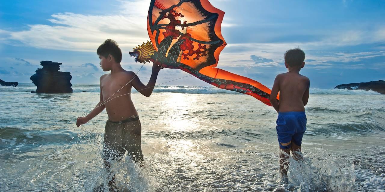 Enfants jouant avec un cerf-volant - Temple de Purah Tanah Lot - Indonésie