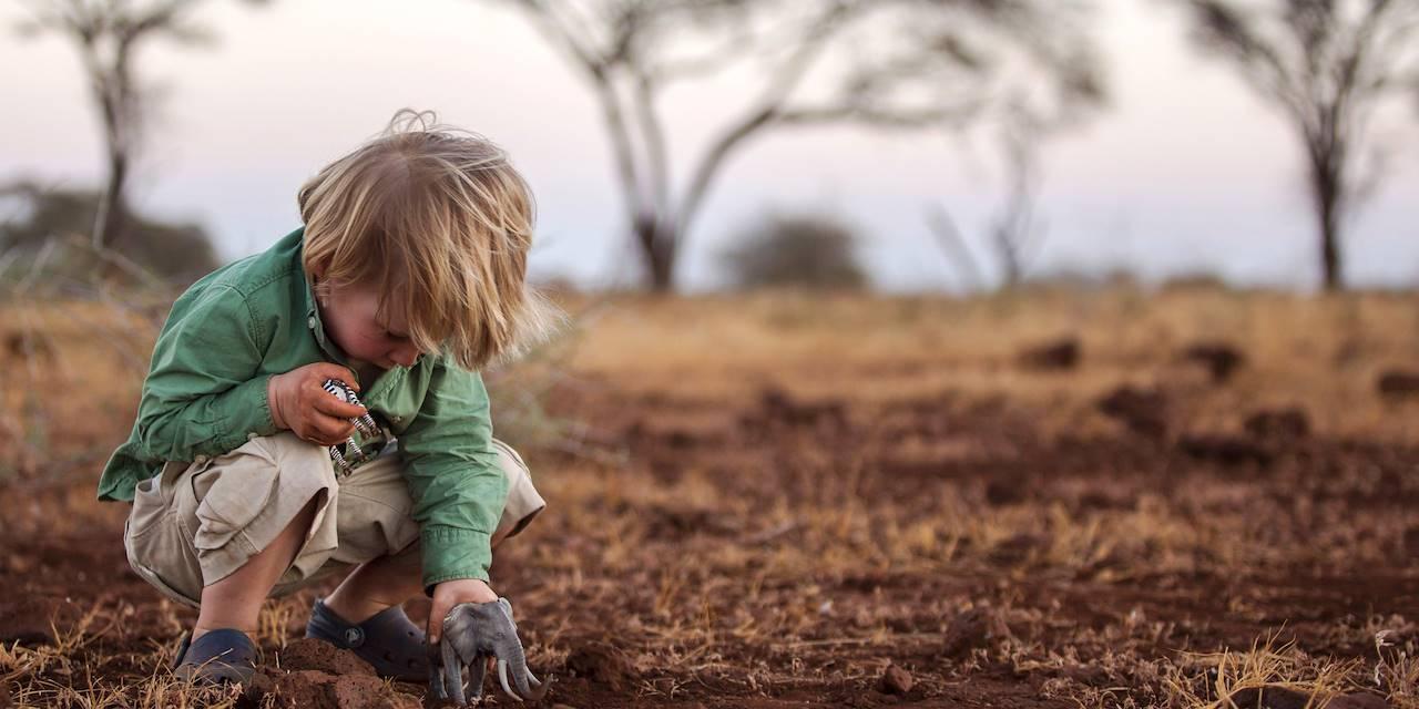 Garçon jouant avec ses figurines - Parc National de Meru - Kenya