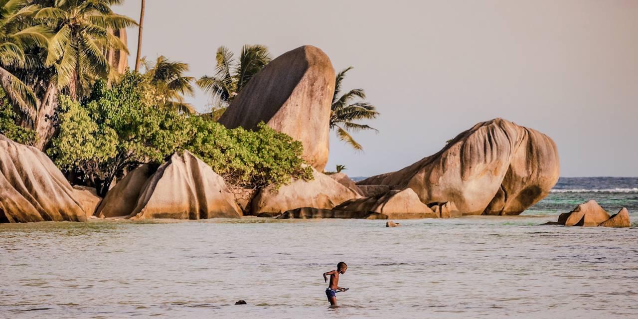 Garçon pêchant - Anse Source d'Argent - Ile de La Digue - Les Seychelles