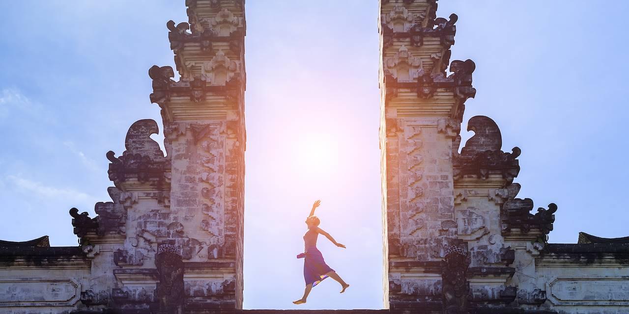 Femme dansant dans le temple Lempuyang - Bali - Indonésie