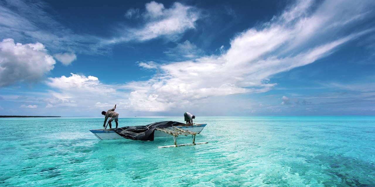 Pêcheur dans un lagon - Île de Ghuli - Maldives