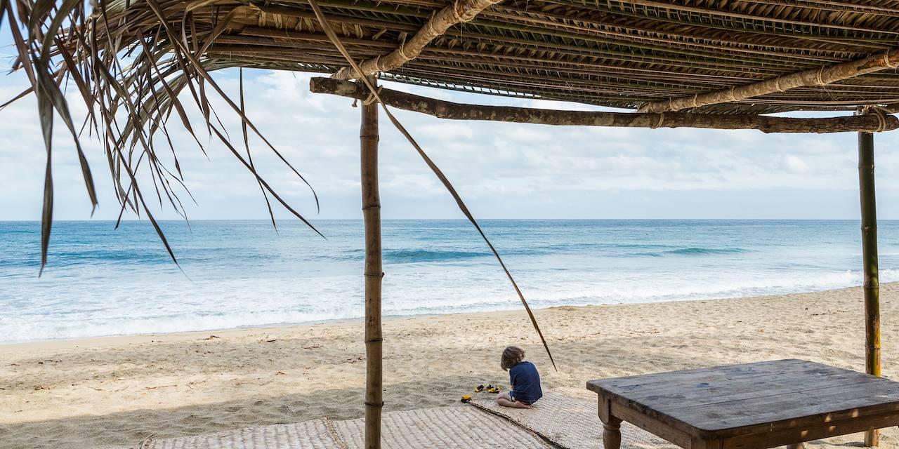 Enfant sur la plage au Mexique