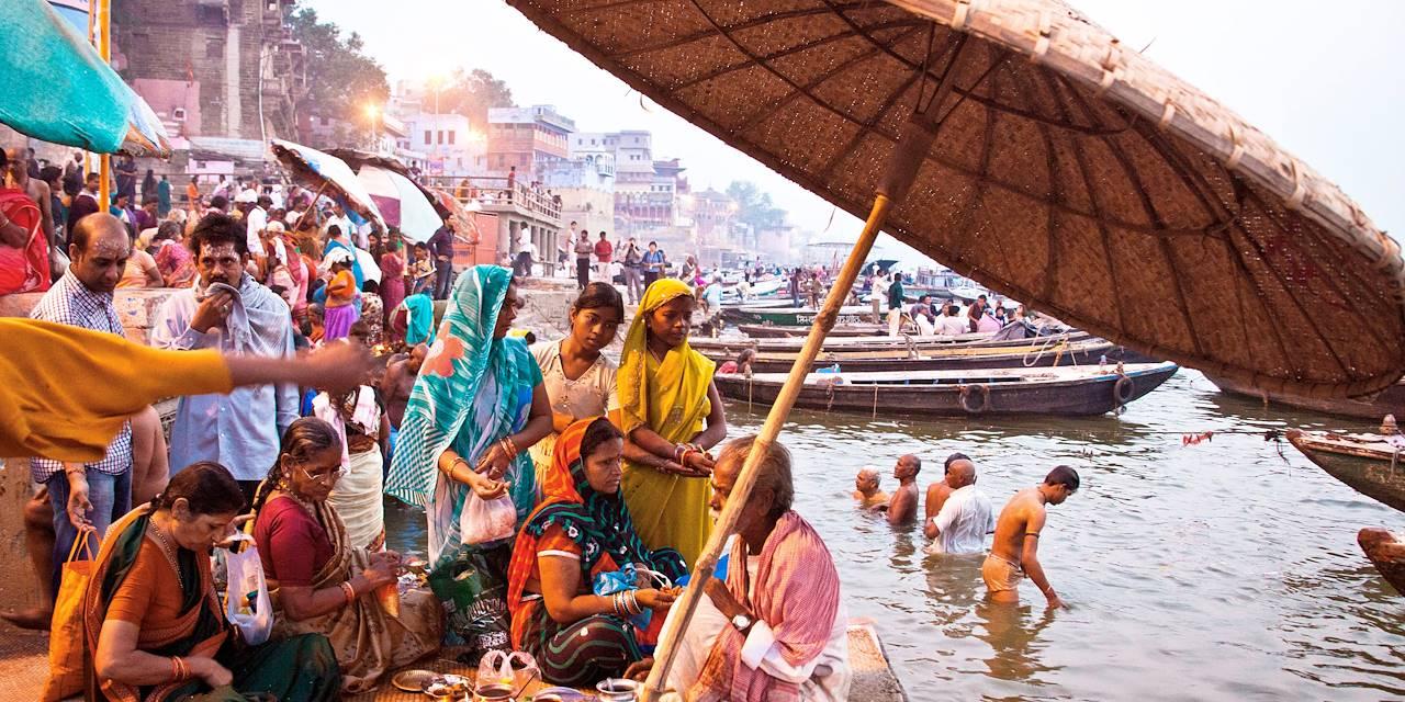 Marchand d'offrandes le long du Gange - Varanasi - Uttar Pradesh - Inde