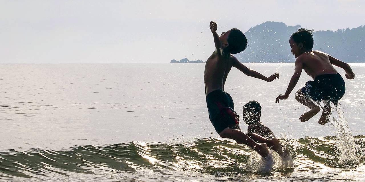 Enfants jouant dans l'eau à La Réunion