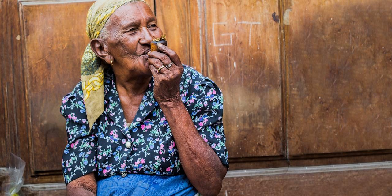 Vieille femme fumant la pipe dans les rues de la ville - Mindelo - Île de Sao Vicente - Cap Vert