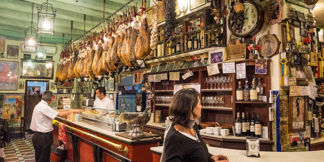 Bar à Tapas dans le quartier de Santa Cruz - Séville - Andalousie - Espagne