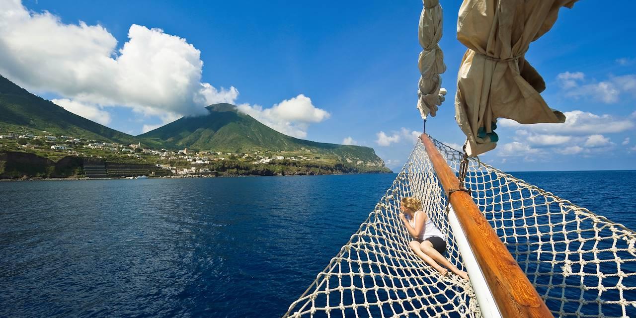 Cabotage dans les îles éoliennes, classées au patrimoine mondial de l'UNESCO - Sicile - Italie