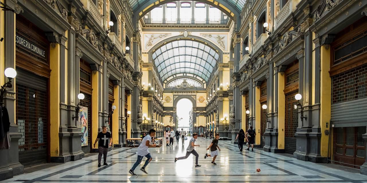 Enfants jouant au ballon sous une halle - Naples - Campanie - Italie