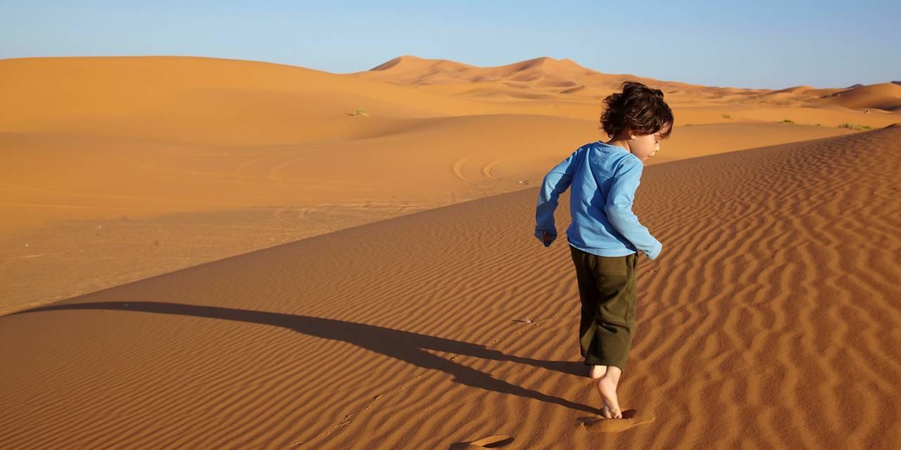 Enfant courant dans les dunes - Maroc