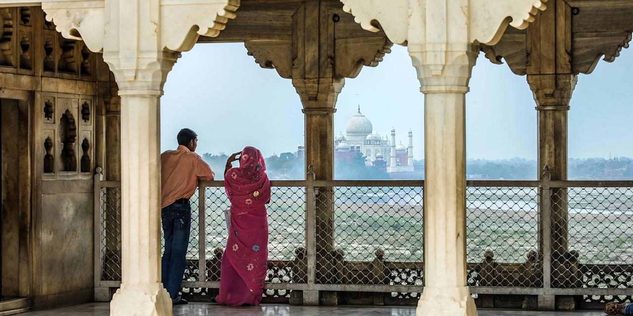 Couple devant le Taj Mahal - Agra - Etat de l'Uttar Pradesh - Inde