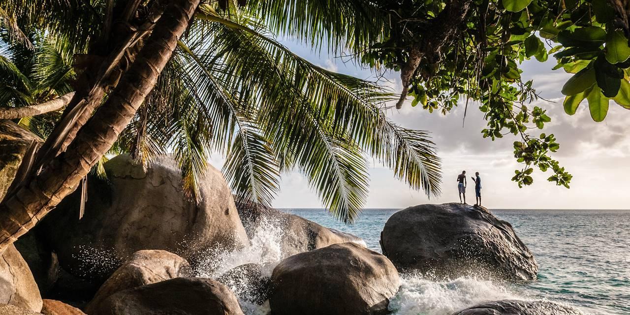 Jeunes hommes sur un rocher - Ile de Mahé - Les Seychelles