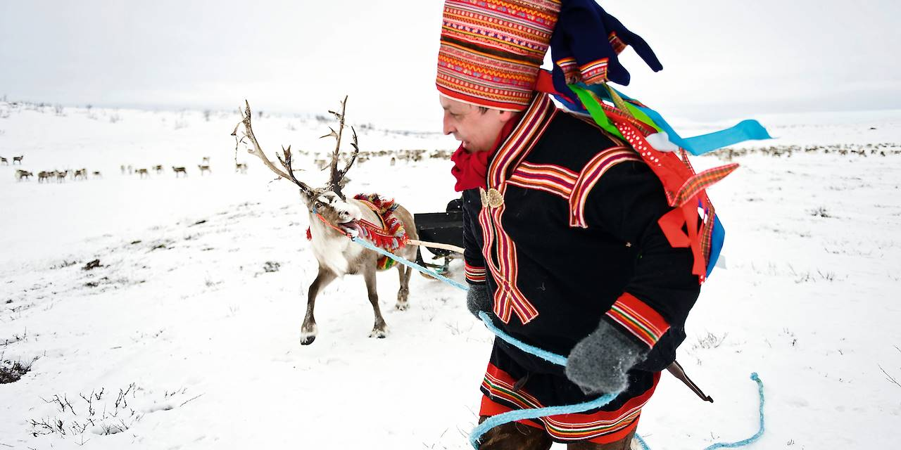 Un homme Sami et son renne - Finnmark - Norvège