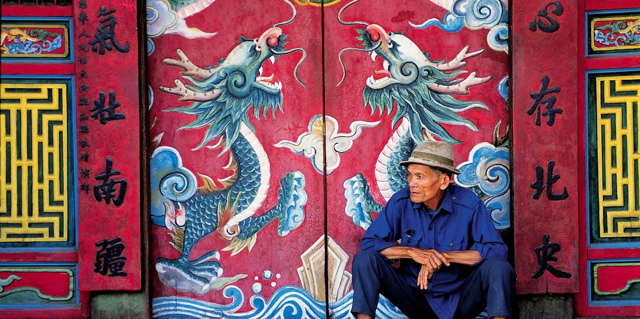 Homme devant le temple Quan Cong - Hoi An - Vietnam