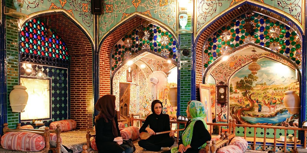 Jeune fille jouant de la sitar - Ispahan - Province d'Ispahan - Iran