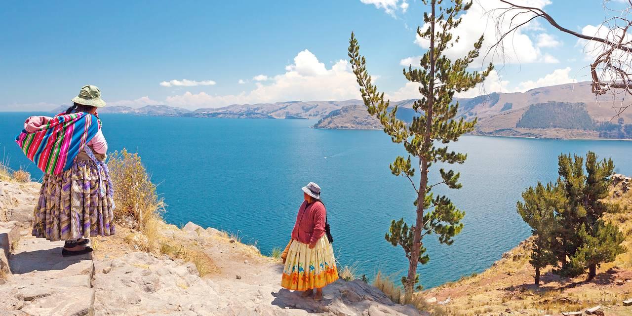 Femmes devant le lac Titicaca - Département de La Paz - Bolivie