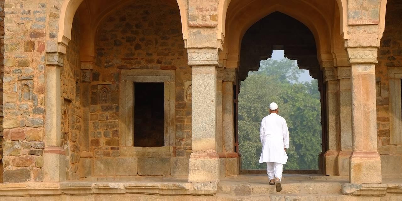 Homme sur les marches la tombe de Humayun - Delhi - Rajasthan - Inde