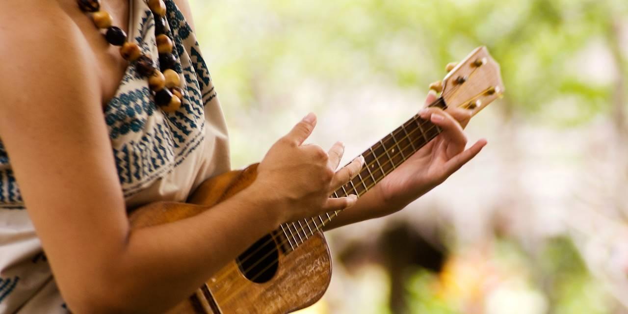 Femme jouant du ukulele à Hawaï
