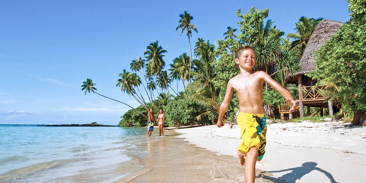 Enfant courant sur une plage à Upolu Island - Archipel des Samoa