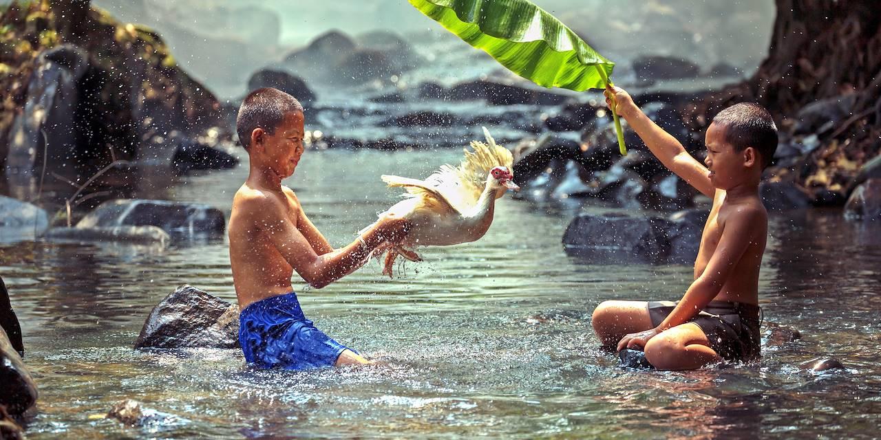 Enfants jouant dans l'eau - Malaisie