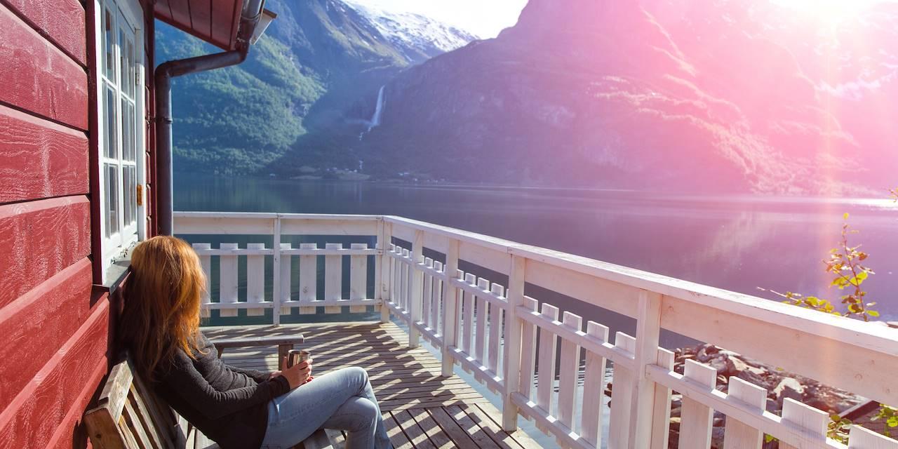 Femme admirant le paysage dans les îles Lofoten - Norvège