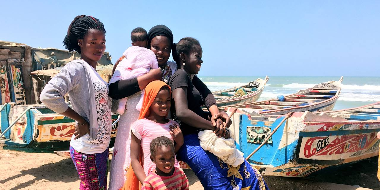 Femmes et enfants au port de Saint-Louis - Sénégal