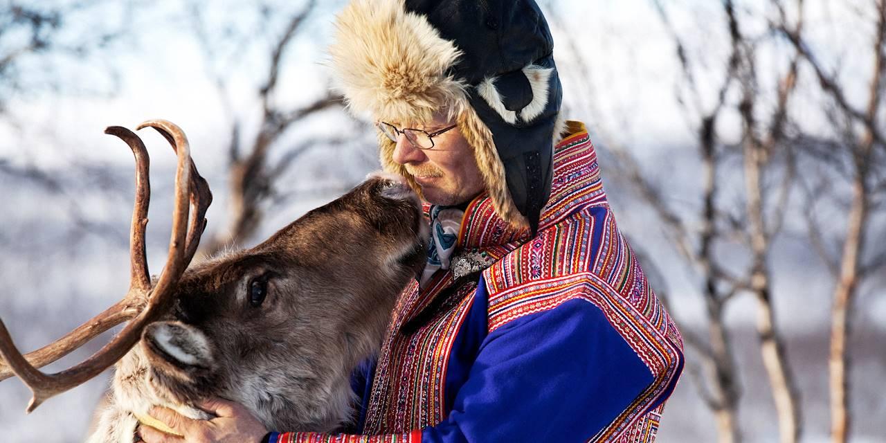 Homme en habit traditionnel sami et son renne - Laponie - Finlande