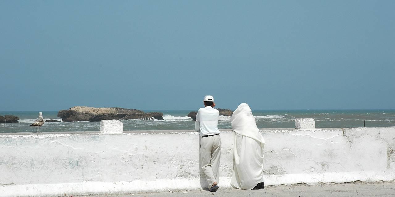Couple devant la mer au sud d'Essaouira - Maroc