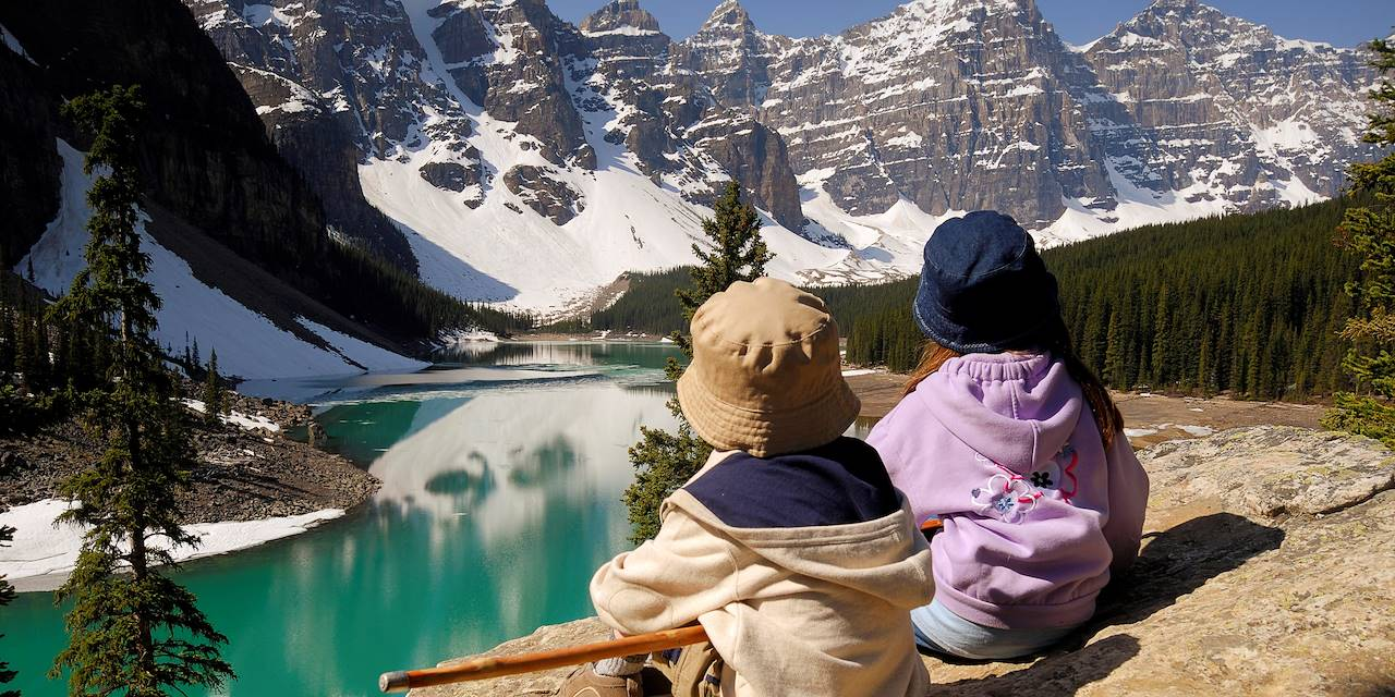 Enfants devant le lac Moraine - Parc national de Banff - Canada